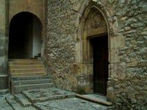 在中世纪城堡的门段落 免版税库存图片