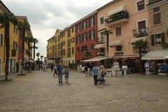 在中世纪城堡,西尔苗内,意大利附近的正方形 免版税库存照片