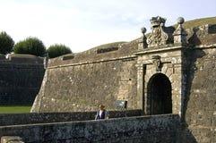 在中世纪堡垒和游人,瓦伦西亚的城市门 库存图片
