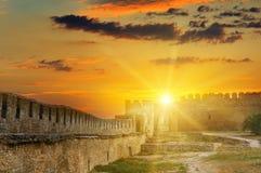在中世纪堡垒的堡垒墙壁的太阳上升 乌克兰 免版税库存照片