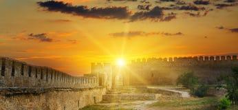 在中世纪堡垒的堡垒墙壁的太阳上升 Akkerman 库存图片