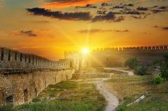 在中世纪堡垒的堡垒墙壁的日出 Akkerman 免版税库存照片