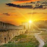 在中世纪堡垒的堡垒墙壁的日出 Akkerman 免版税库存图片