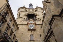 在中世纪塔的时钟在红葡萄酒 库存照片