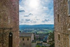 在中世纪大厦之间的天空在阿西西,翁布里亚,意大利意大利小山镇  免版税库存图片