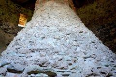 在中世纪宫殿的幻想重建的原始的烟囱在村庄Racos,特兰西瓦尼亚 免版税库存照片
