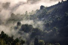 在中世纪布拉索夫小山的雾  免版税库存图片