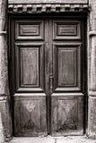 在中世纪有历史的之家的老木门 免版税图库摄影