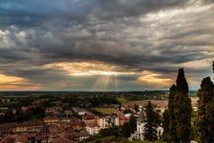 在中世纪村庄的晚上风暴 免版税图库摄影