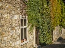 在中世纪村庄Perouges的狭窄的街道段落 免版税库存照片