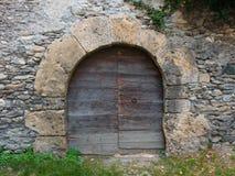 在中世纪石墙的古老被成拱形的门 库存照片