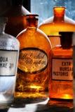在中世纪药房的瓶 免版税库存图片
