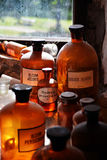 在中世纪药房的瓶 免版税库存照片