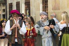 在中世纪衣裳打扮的人们 免版税库存图片