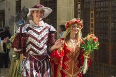 在中世纪衣裳打扮的人们 库存图片