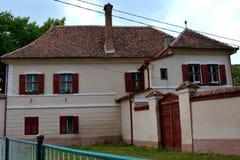 在中世纪被加强的教会Cristian,特兰西瓦尼亚附近的典型的房子 图库摄影