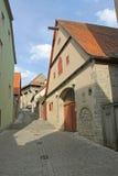 在中世纪镇内的槽枥 免版税库存照片