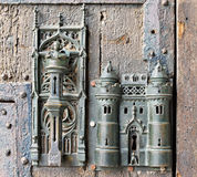 在中世纪门的哥特式锁 库存照片