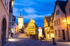 在中世纪,迷人的镇Rothenburg ob der陶伯,巴伐利亚,德国的夜视图 图库摄影