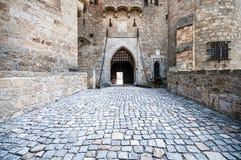 在中世纪Kreuzenstein城堡的石桥梁在Leobendorf村庄 库存照片