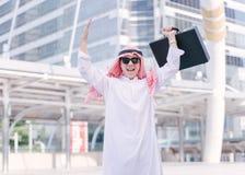 在中东庆祝胜利的成功的阿拉伯商人 库存图片