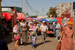 在中亚市场上的顾客步行 图库摄影