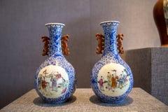 在中华民国的陶瓷艺术,画`孩子的蓝色窗口演奏音乐映射`瓶 图库摄影
