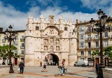 在中古期间, Arco de圣玛丽亚在布尔戈斯,西班牙,是到12个中世纪门之一对市中心 库存照片