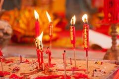 在中国人菩萨寺庙的红色蜡烛 免版税库存照片