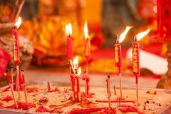 在中国人菩萨寺庙的红色蜡烛 免版税库存图片