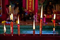在中国人菩萨寺庙的红色蜡烛 库存照片