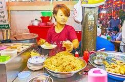在中国人观音工业区Gumiao寺庙,仰光,缅甸的街道咖啡馆 图库摄影