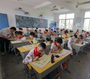 在中国传统书法教训的学生 免版税库存图片