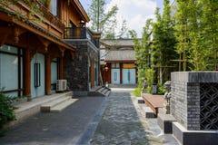 在中国传统建筑之间的被遮蔽的街道 免版税库存图片