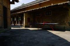 在中国传统建筑之间的遮荫被铺的街道在sunn 图库摄影