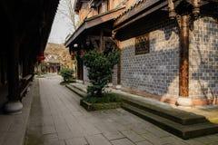 在中国传统建筑之间的遮荫路面在晴朗的af 免版税库存图片