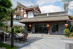 在中国传统建筑前的路边街灯在晴朗 免版税库存照片