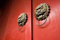 在中国传统风格的黄铜狮子头型门衣物柜 免版税库存照片