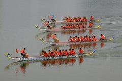 在中国传统龙小船Festiv的龙舟赛场面 库存图片
