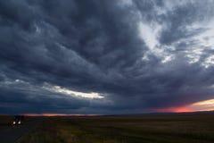 在中国俄罗斯边界的乡下公路与剧烈的云彩 库存照片