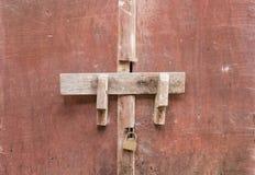 在中国古老木头的老螺栓 库存图片