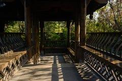 在中国古老样式的遮荫木画廊在晴朗的冬天da 免版税库存照片