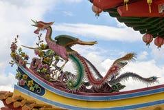 在中国寺庙屋顶的菲尼斯雕塑 免版税库存照片