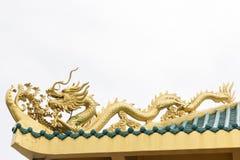 在中国寺庙屋顶的金黄龙 免版税库存图片