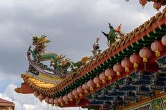 在中国寺庙屋顶的龙和起重机雕塑 库存照片