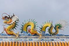 在中国寺庙屋顶的龙雕象  免版税库存图片