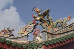 在中国寺庙的屋顶的雕象在马来西亚的古晋街道的  免版税库存照片