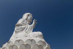 在中国寺庙的惊人的大白色菩萨雕象 库存图片