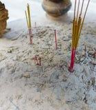 在中国寺庙的灼烧的香火棍子 库存图片