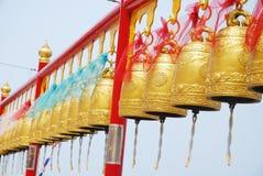 在中国寺庙的金子响铃在泰国。 免版税图库摄影
